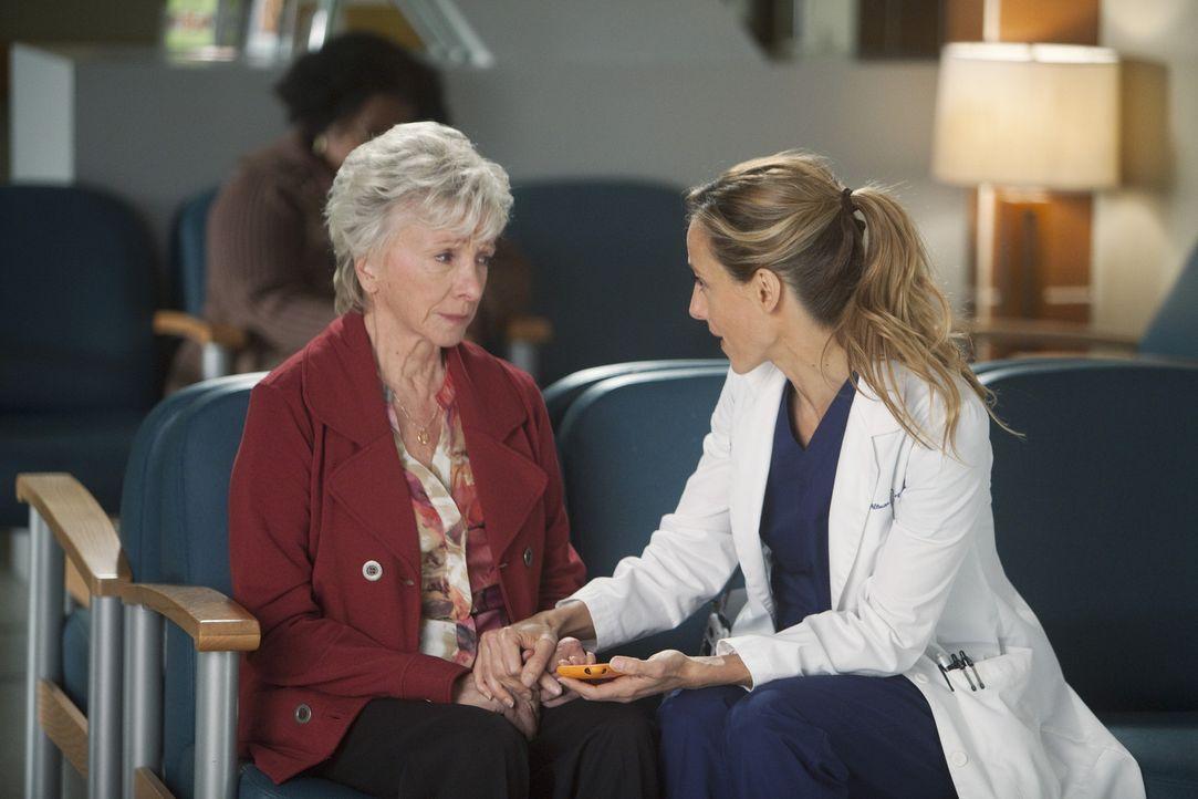 Teddy (Kim Raver, r.) kümmert sich um Emma (Elizabeth Franz, l.), die sich große Sorgen um ihren Mann macht, der sich gerade einer Herz-Operation... - Bildquelle: ABC Studios