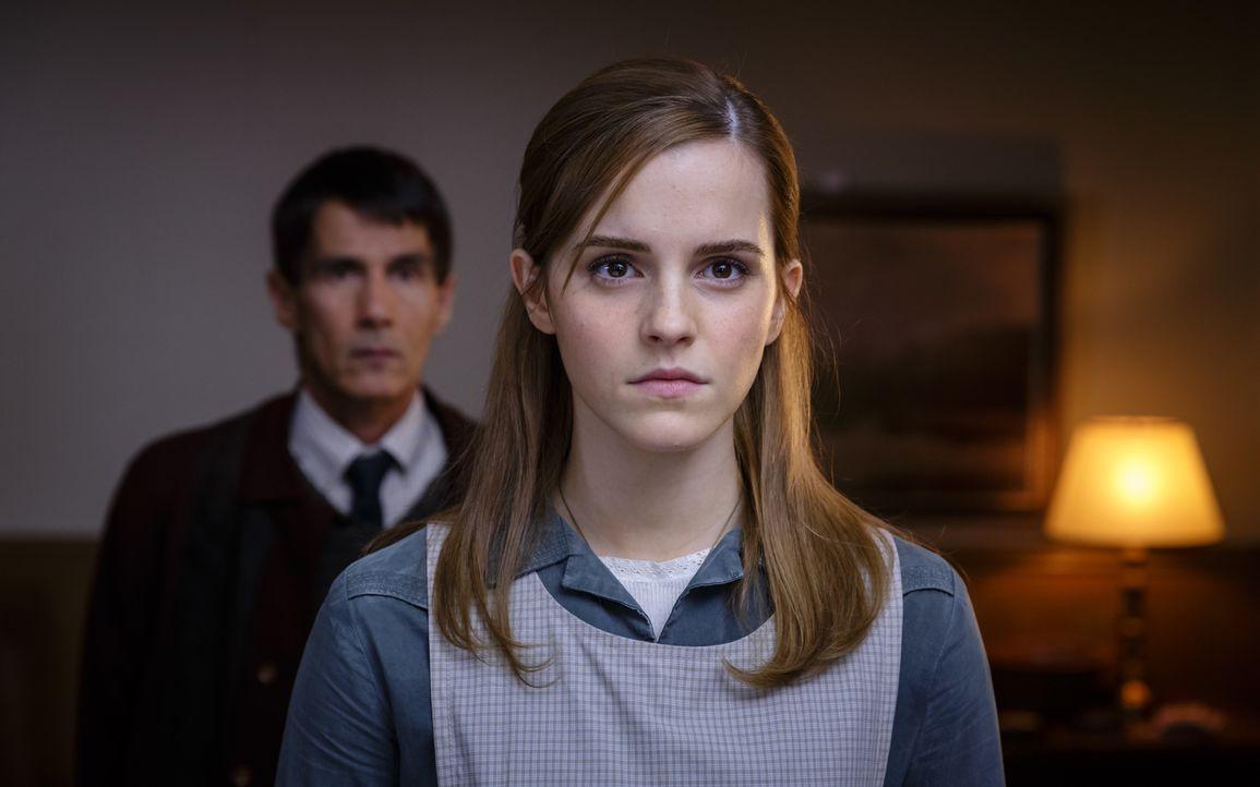 Angela Gray (Emma Watson, r.) sucht vor ihrem Vater Schutz bei Reverend Beaumont (Lothaire Bluteau, l.). Doch es steckt noch viel mehr dahinter, als... - Bildquelle: Tobis Film