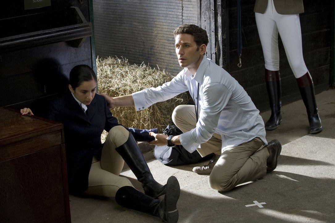 Die junge Beth Samuels (Molly Ephraim, l.) muss sich bei einem Reitturnier plötzlich übergeben. Dr. Hank Lawson (Mark Feuerstein, r.) besteht darauf... - Bildquelle: Universal Studios