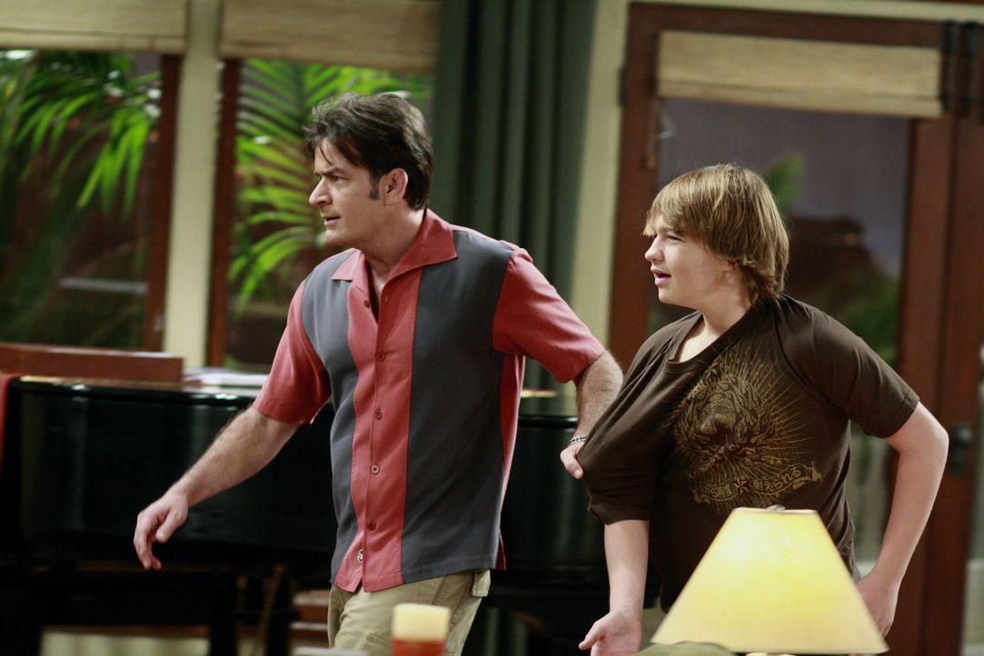 Da Jake (Angus T. Jones, r.) so unverschämt zu Chelsea ist, greift Charlie (Charlie Sheen, l.) ein und verlangt von ihm, sich mit ihr auszusprechen... - Bildquelle: Warner Bros. Television