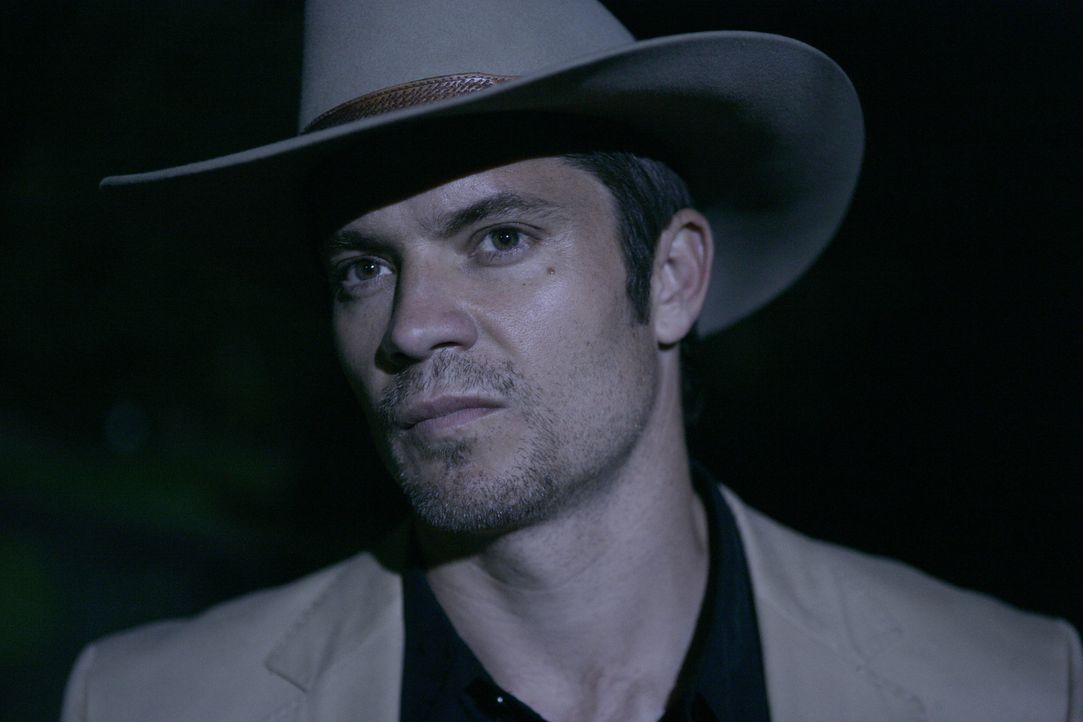 Nach einer Schießerei wird Raylan Givens (Timothy Olyphant) nach Lexington, Kentucky versetzt, wo er mit der Vergangenheit konfrontiert wird ... - Bildquelle: 2010 Sony Pictures Television Inc. and Bluebush Productions, LLC. All Rights Reserved.