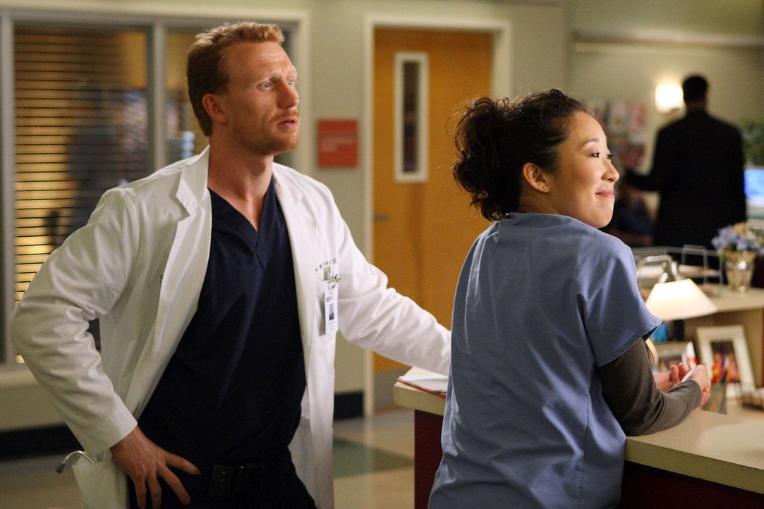 Machen sich Sorgen, ob Sie auf der Liste der Gefeuerten stehen: Cristina (Sandra Oh, r.) und Owen (Kevin McKidd, l.) ... - Bildquelle: Touchstone Television