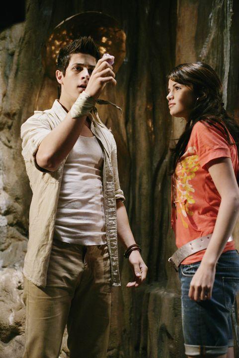 Können Alex (Selena Gomez, r.) und Justin (David Henrie, l.) mit Hilfe des Zaubersteines den Bann über ihre Eltern wieder brechen? - Bildquelle: 2009 DISNEY ENTERPRISES, INC. All rights reserved. NO ARCHIVING. NO RESALE.