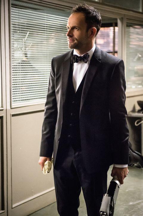 Sein extremer Scharfsinn ist wieder einmal gefragt, diesmal in einem Fall, der Verbindungen zur Mafia aufweist: Sherlock Holmes (Jonny Lee Miller) ... - Bildquelle: CBS Television