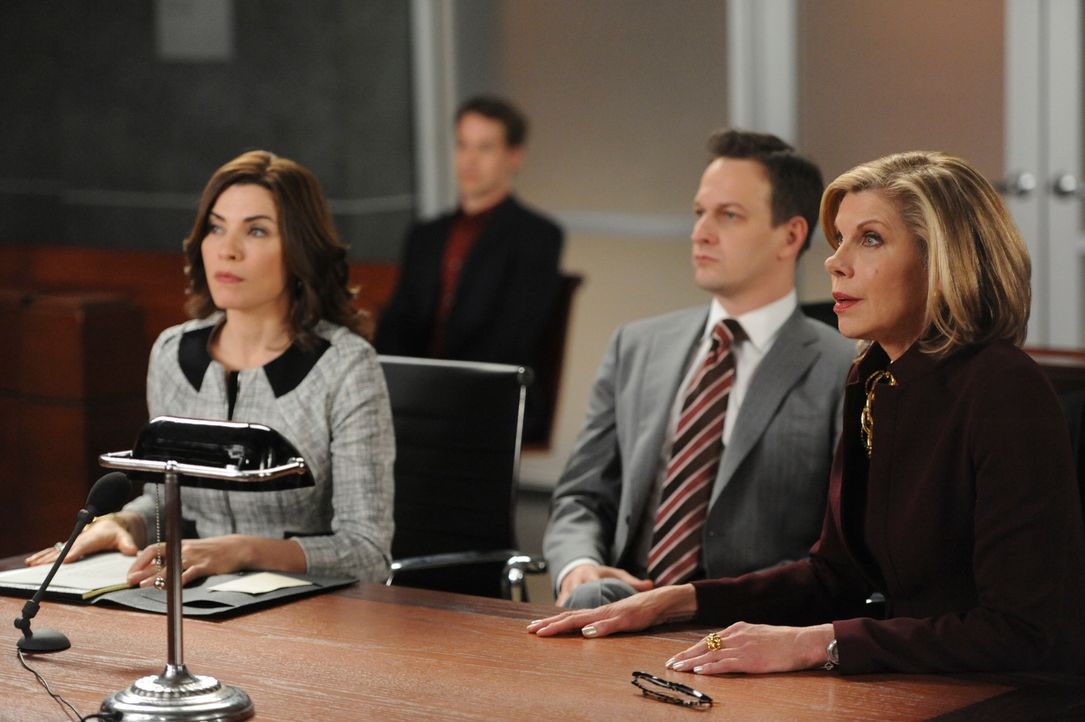 In der Nacht der Gouverneurswahl eilen Alicia (Julianna Margulies, l.), Will (Josh Charles, M.) und Diane (Christine Baranski, r.) zum Gericht, da s... - Bildquelle: Jeffrey Neira 2013 CBS Broadcasting, Inc. All Rights Reserved