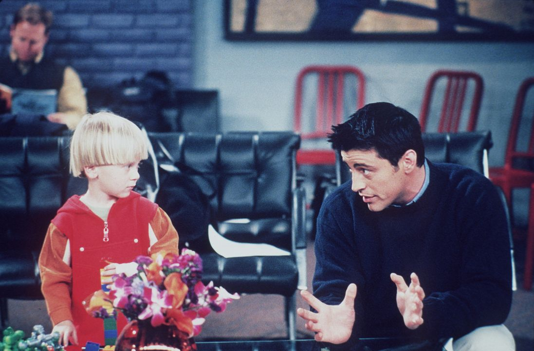 Bei einem Casting für einen Werbespot lernt Joey (Matt LeBlanc, r.) ein Nachwuchstalent kennen ... - Bildquelle: TM+  2000 WARNER BROS.