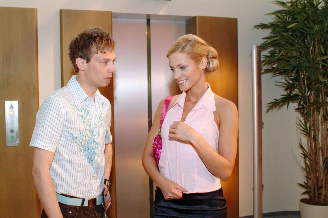Sabrina (Nina-Friederike Gnädig, r.) versucht, Jürgen (Oliver Bokern, l.), der wegen des Autokaufs langsam unruhig wird, hinzuhalten. - Bildquelle: Monika Schürle Sat.1