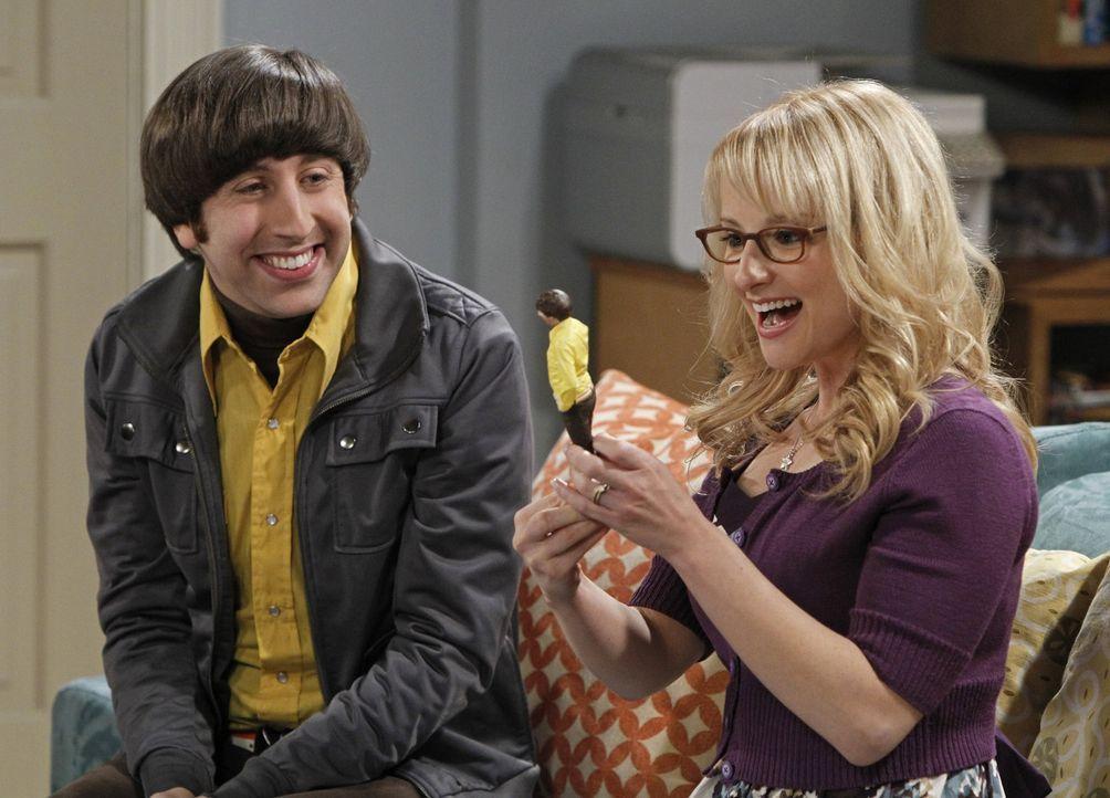 Während Sheldon in einer Lebenskrise steckt, ist Bernadette (Melissa Rauch, r.) von Howards (Simon Helberg, l.) Actionfigur total begeistert ... - Bildquelle: Warner Bros. Television