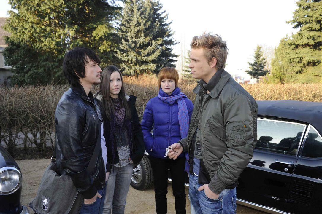 Ben erfährt, dass sein Rivale ein neuer Mitschüler ist. (v.l.n.r.) Ben (Christopher Kohn), Luzi (Selina Müller), Sophie (Franciska Friede) und Ro... - Bildquelle: SAT.1