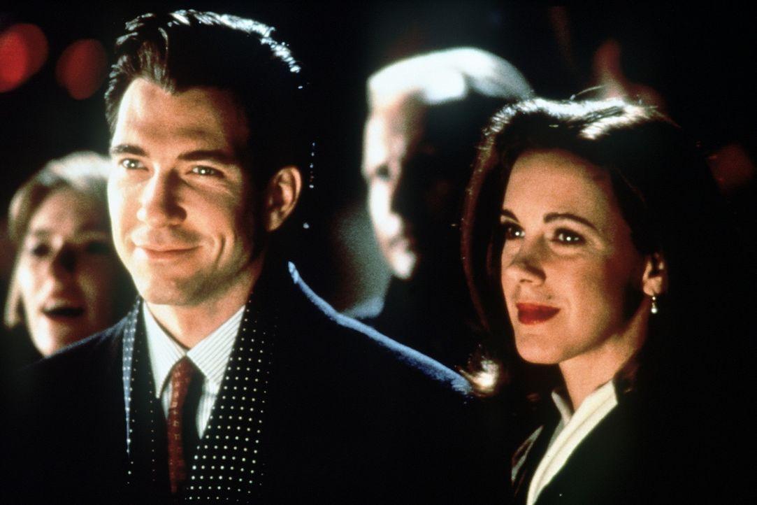 So nach und nach kann Bryan (Dylan McDermott, l.) Dorey (Elizabeth Perkins, r.) für sich einnehmen ... - Bildquelle: 20th Century Fox