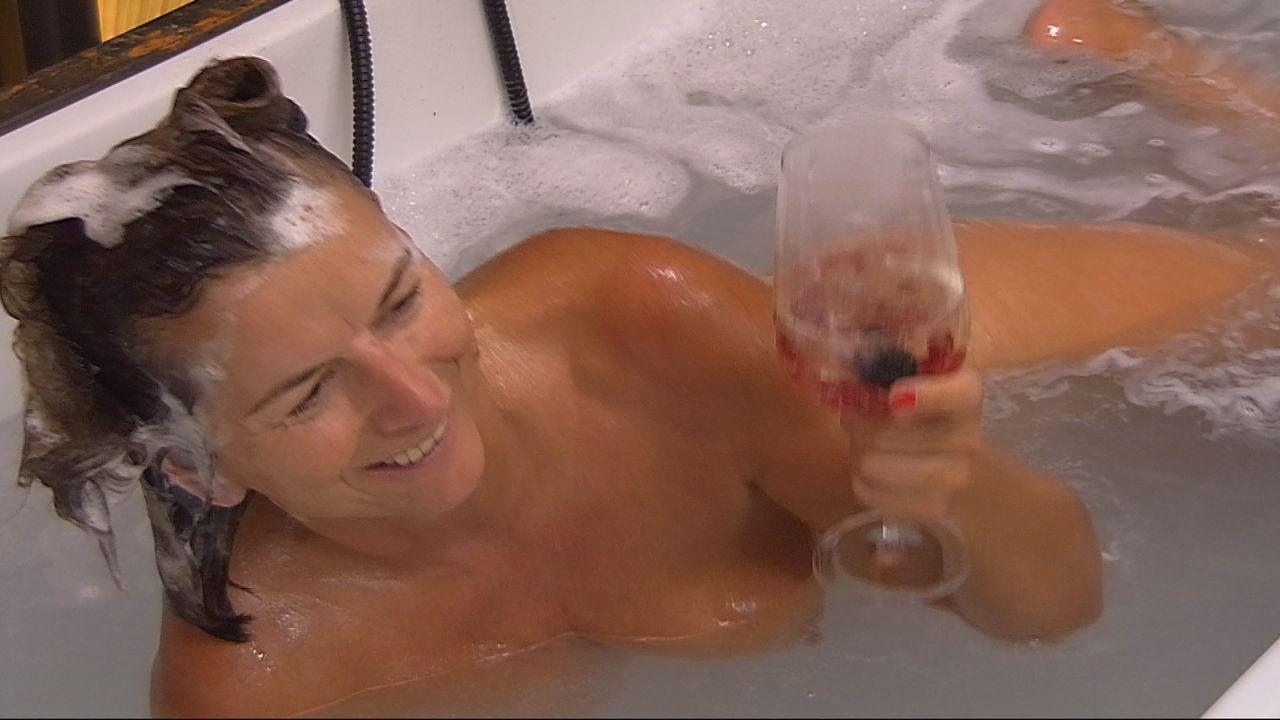 Claudia er-obert die Badewanne - Bildquelle: SAT.1