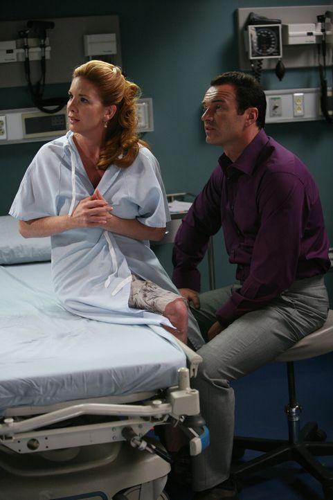 Christians (Julian McMahon, r.) neue Patientin heißt Shari Noble (Melissa Gilbert, l.). Ihr Hund hat ihr die Brustwarzen abgebissen, die sie nun wi... - Bildquelle: TM and   2004 Warner Bros. Entertainment Inc. All Rights Reserved.