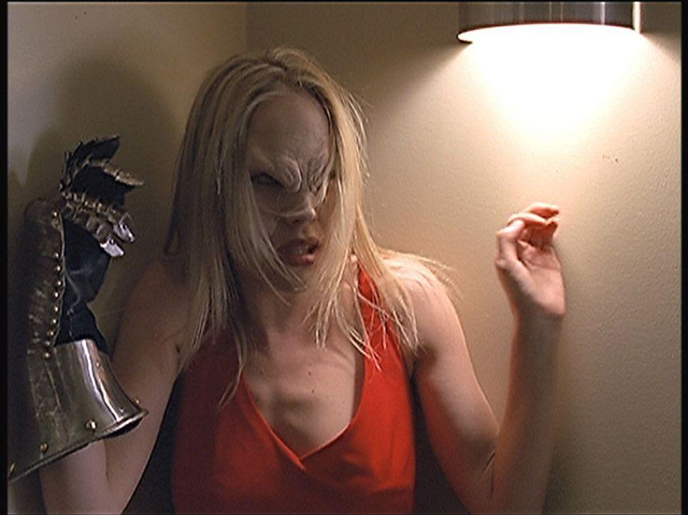 Als Vampir ist Darla (Julie Benz) für Angel eine große Gefahr. - Bildquelle: TM +   2000 Twentieth Century Fox Film Corporation. All Rights Reserved.