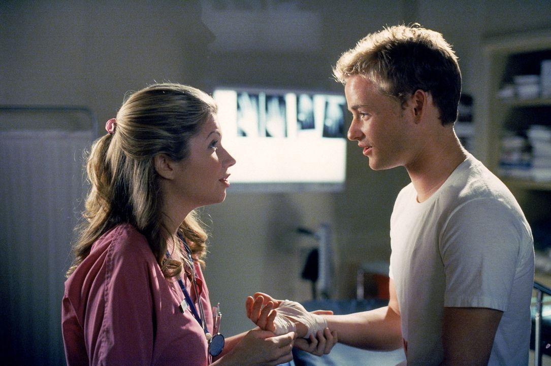 Francis (Christopher Masterson, r.) versucht, bei einer Krankenschwester zu landen ... - Bildquelle: TM +   2000 Twentieth Century Fox Film Corporation. All Rights Reserved.