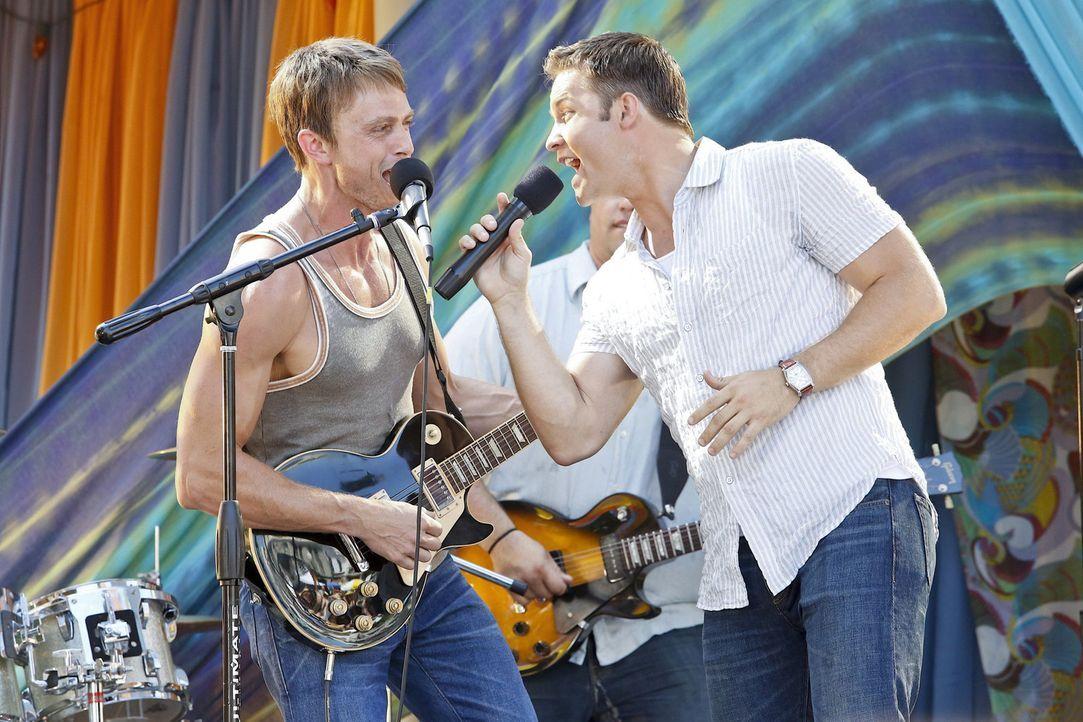 Für Zoe ein seltsames Bild: Wade (Wilson Bethel, l.) und George (Scott Porter, r.) treten beim Bluebell Festival auf ... - Bildquelle: Warner Bros.