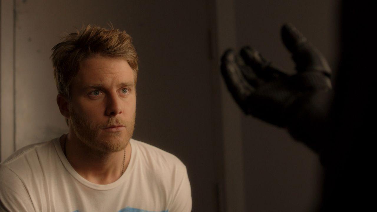 Mit Hilfe seiner Droge versucht Brian (Jake McDorman) herauszufinden, ob es tatsächlich jemandem gelungen ist, eine moderne, gedankengesteuerte Prot... - Bildquelle: 2015 CBS Broadcasting, Inc. All Rights Reserved