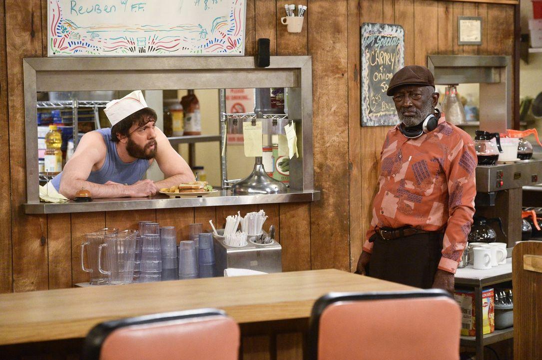 Während Oleg (Jonathan Kite, l.) und Earl (Garrett Morris, r.) sich mal wieder über Hans exzentrisches Verhalten wundern, kommt Caroline in L.A. der... - Bildquelle: 2016 Warner Brothers