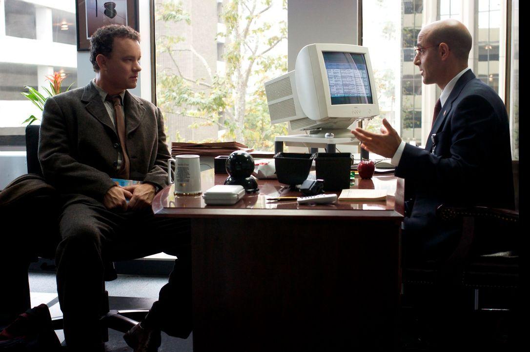 Gerade in dem Moment, indem Viktor Navorski (Tom Hanks, l.), auf dem Flughafen JFK landet, wird seine Heimat durch einen Bürgerkrieg von der Landkar... - Bildquelle: Merrick Morton DreamWorks Distribution LLC