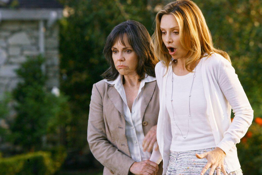 Ganz aus dem Häuschen: Kitty (Calista Flockhart, r.) und Nora (Sally Field, l.) erfahren, dass Kitty endlich ein ungeborenes Kind zur Verfügung gest... - Bildquelle: 2008 ABC INC.