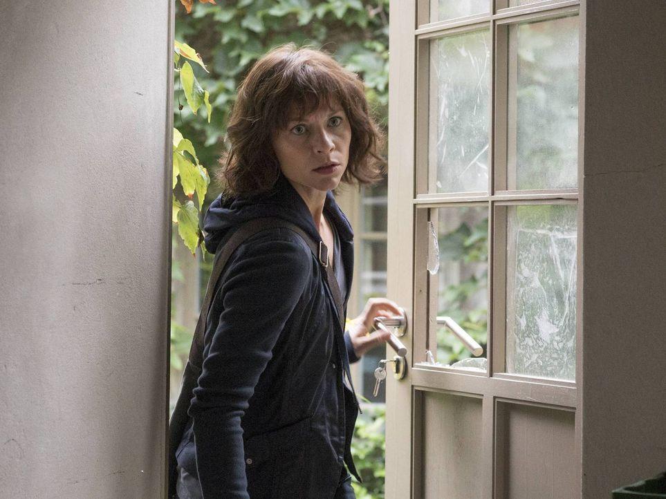 Während Carrie (Claire Danes) sich mit den Dokumenten, die Saul ihr hat zukommen lassen, beschäftigt, fühlt sich Allison durch die neue Lage bedroht... - Bildquelle: 2015 Showtime Networks, Inc., a CBS Company. All rights reserved.