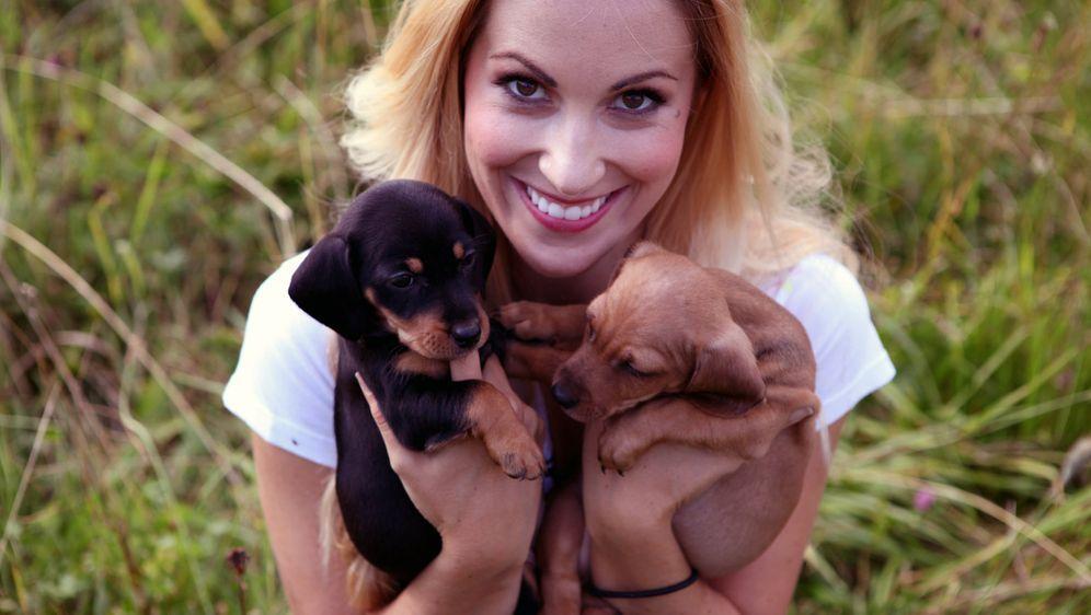 """Tiere und ihre besten Freunde. """"Mit Herz und Schnauze"""" wird von Andrea Kaiser moderiert ..."""