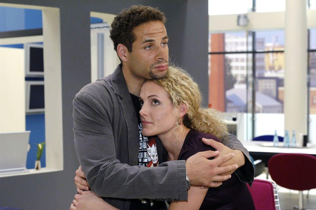 Jannick (Mike Adler, l.) tröstet die verletzte Maja (Barbara Lanz, r.). - Bildquelle: Oliver Ziebe Sat.1