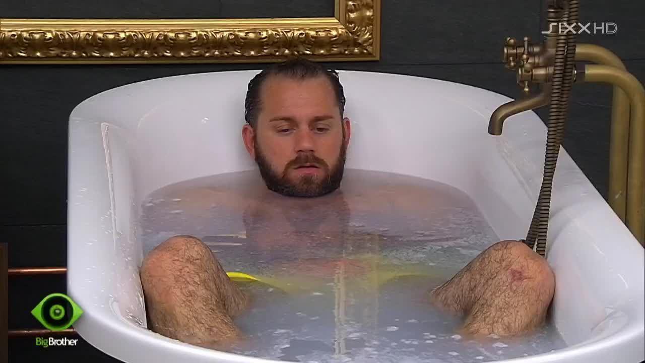 Thomas nimmt ein Bad - Bildquelle: sixx