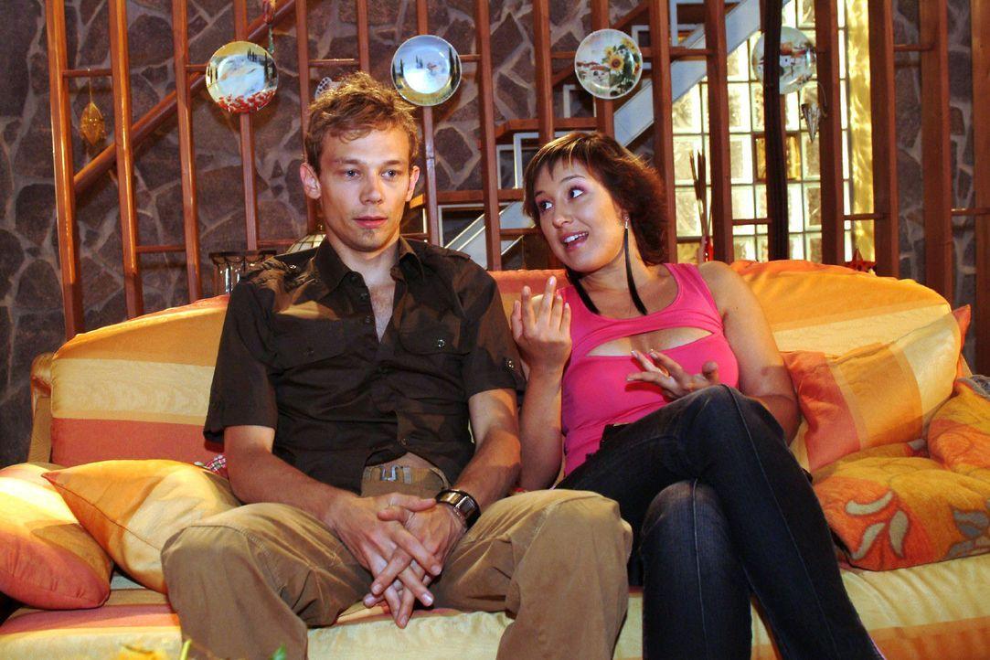 Jürgen (Oliver Bokern, l.) will von Yvonne (Bärbel Schleker, r.) wissen, was in Lisas Zimmer passiert ist, dass sie glaubt, sich vor Scham einschlie... - Bildquelle: Monika Schürle Sat.1