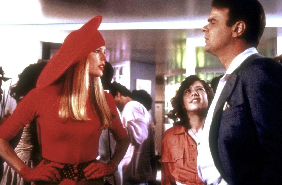 Um ihren Planeten zu retten, wird die Außerirdische Celeste (Kim Basinger, l.) auf die Erde zu Dr. Mills (Dan Aykroyd, r.) geschickt. Denn dieser h... - Bildquelle: Columbia Pictures