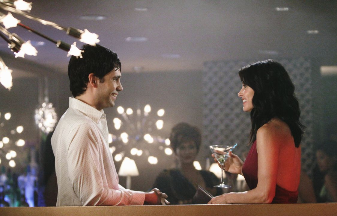 Bei einem gemeinsamen Abend mit Laurie lernt Jules (Courteney Cox, r.) in einer Bar einen reizenden jungen Mann (David Clayton Rogers, l.) kennen, d... - Bildquelle: 2009 ABC INC.