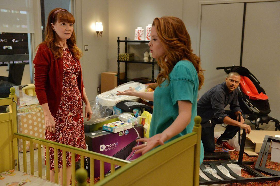 Es kommt zum Streit zwischen April (Sarah Drew, M.) und ihrer Mutter (Connie Ray, l.). Ob Jackson (Jesse Williams, r.) zwischen den beiden Frauen ve... - Bildquelle: ABC Studios