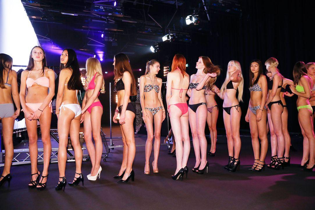 GNTM-Stf10-Epi02-Bikiniwalk-19-ProSieben-Richard-Huebner