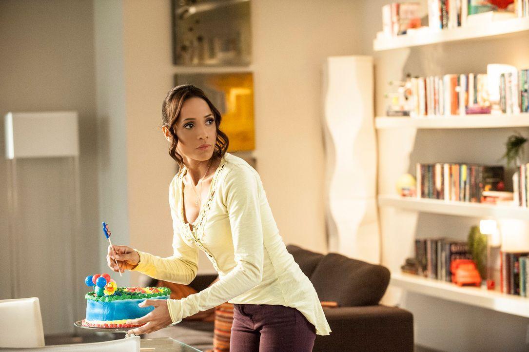 Evelyn hat zufällig gesehen, dass Rosie und Spence ein Verhältnis haben, und erpresst Rosie (Dania Ramirez) nun, während Carmen verärgert auf Alejan... - Bildquelle: ABC Studios