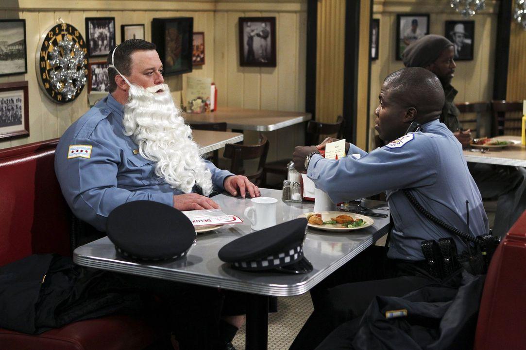 Auf Mike (Billy Gardell, l.) und Carl (Reno Wilson, r.) wartet ein ganz besonderes Weihnachtsfest ... - Bildquelle: Warner Brothers