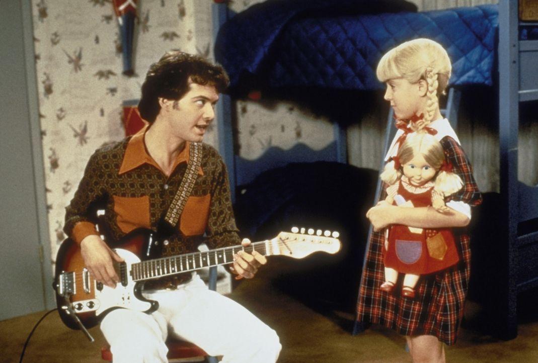 Greg (Christopher Daniel Barnes) erklärt seiner kleinen Schwester Cindy (Olivia Hack), dass der erste Preis beim bevorstehende Musik-Wettbewerb gena...