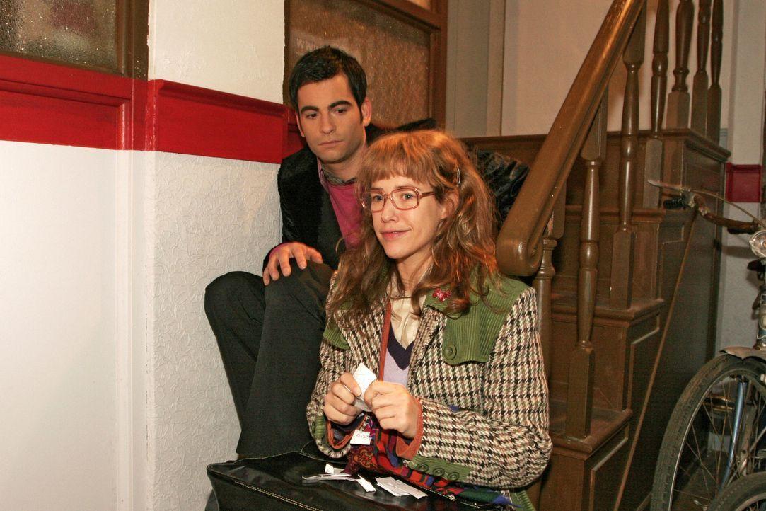 Lisa (Alexandra Neldel, r.) bemerkt betroffen, dass es auch David (Mathis Künzler, l.) schlecht geht. Der schlägt vor, gemeinsam etwas trinken zu... - Bildquelle: Monika Schürle Sat.1