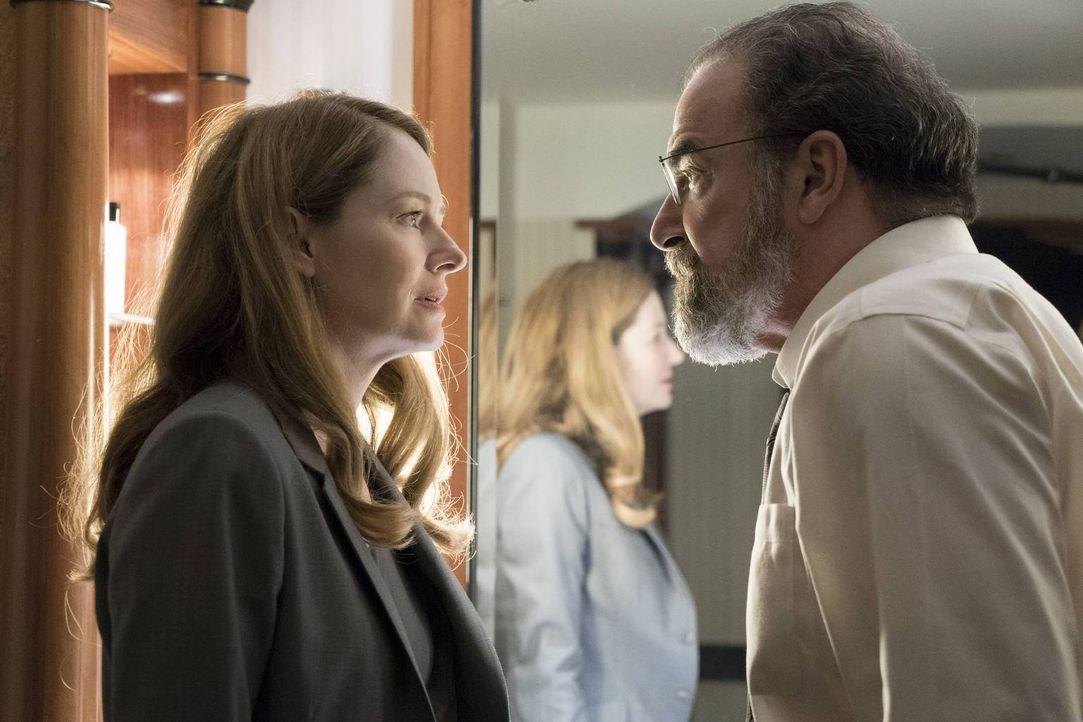 Noch ahnt Saul (Mandy Patinkin, r.) nicht, welches Spiel Allison (Miranda Otto, l.) wirklich spielt ... - Bildquelle: 2015 Showtime Networks, Inc., a CBS Company. All rights reserved.