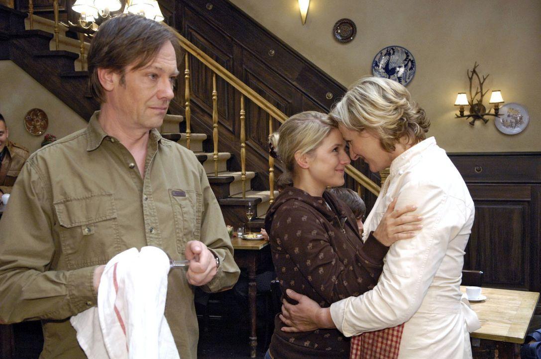 Anna (Jeanette Biedermann, M.) versöhnt sich mit Susanne (Heike Jonca, r.) - und auch mit Armin (Rainer Will, l.). - Bildquelle: Claudius Pflug Sat.1