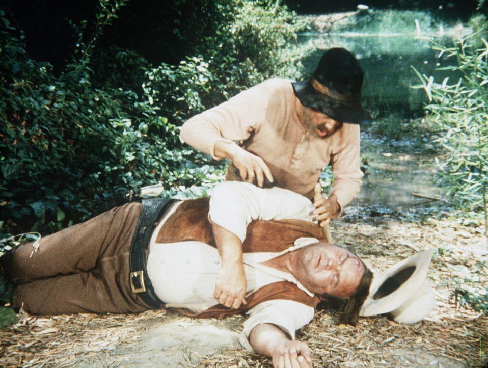 Hoss Cartwright (Dan Blocker, liegend) ist verletzt und wird von dem Einsiedler Grady (Stefan Gierasch, hinten) gefunden. - Bildquelle: Paramount Pictures