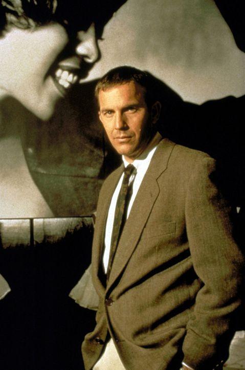 Der Bodyguard Frank Farmer (Kevin Costner, r.) soll die berühmte Schauspielerin und Sängerin Rachel Marron (Whitney Houston, l.) vor einem Verrüc... - Bildquelle: Warner Bros.
