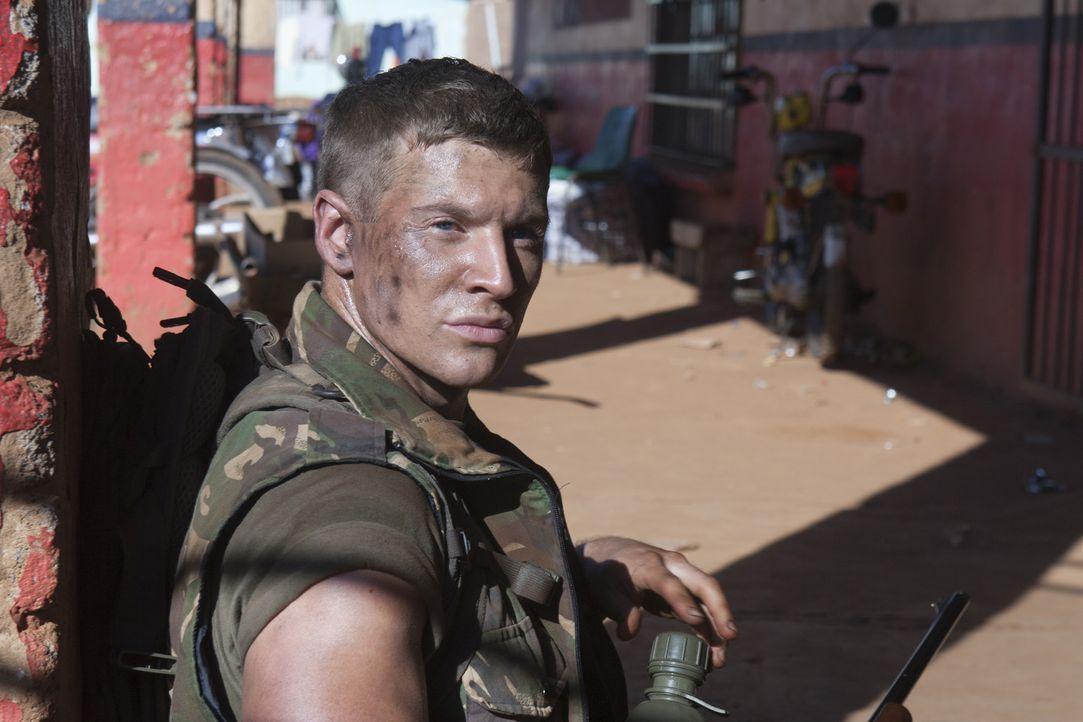Marine Sergeant Brandon Beckett (Chad Michael Collins) steht vor einem blutigem Rätsel ... - Bildquelle: 2011 Sony Pictures Television Inc. All Rights Reserved.