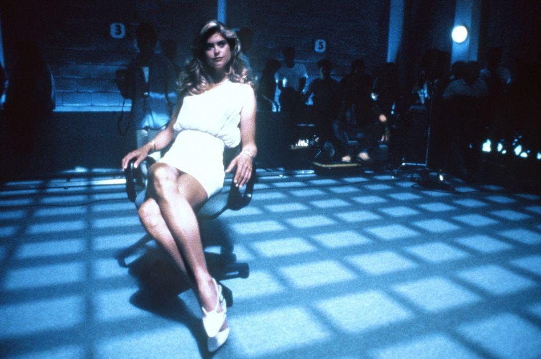 Setzt ihre weiblichen Reize geschickt ein: Destiny (Kathy Ireland) beim Verhör ... - Bildquelle: Warner Brothers