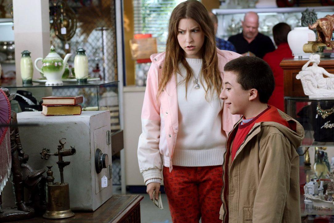 Sue (Eden Sher, l.) und Brick (Atticus Shaffer, r.) wollen beim Pfandleiher einen alten Safe kaufen, in der Hoffnung, darin eine Menge Geld zu finde... - Bildquelle: Warner Brothers