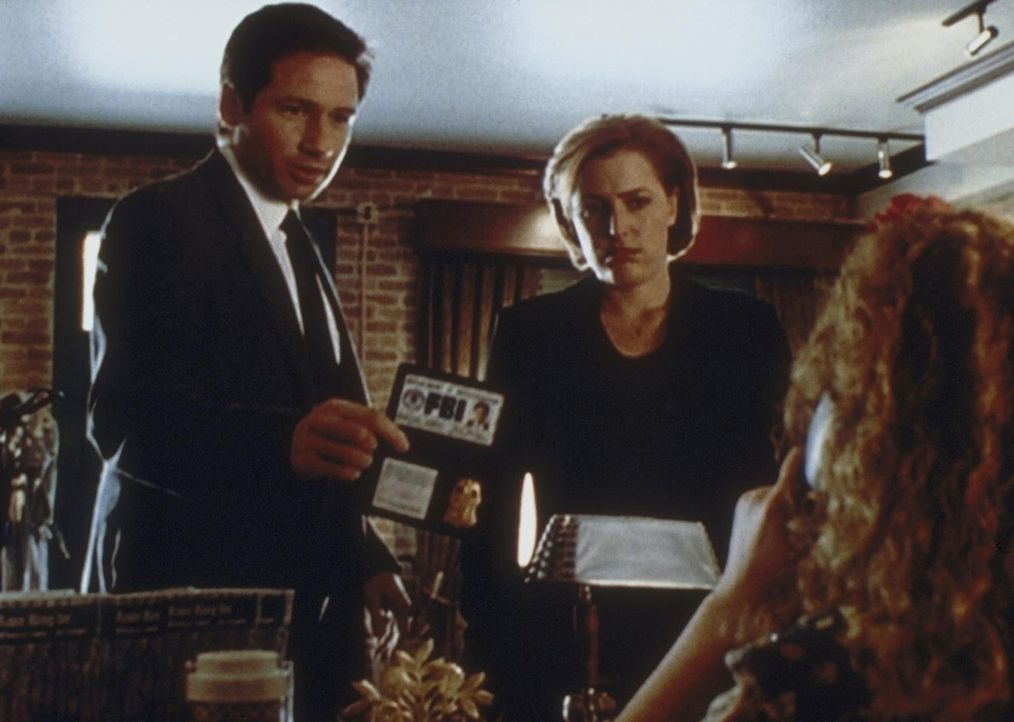 Mulder (David Duchovny, l.) und Scully stellen (Gillian Anderson, M.) sich im Büro eines Mannes vor, der behauptet, das Wetter manipulieren zu könne... - Bildquelle: TM +   2000 Twentieth Century Fox Film Corporation. All Rights Reserved.