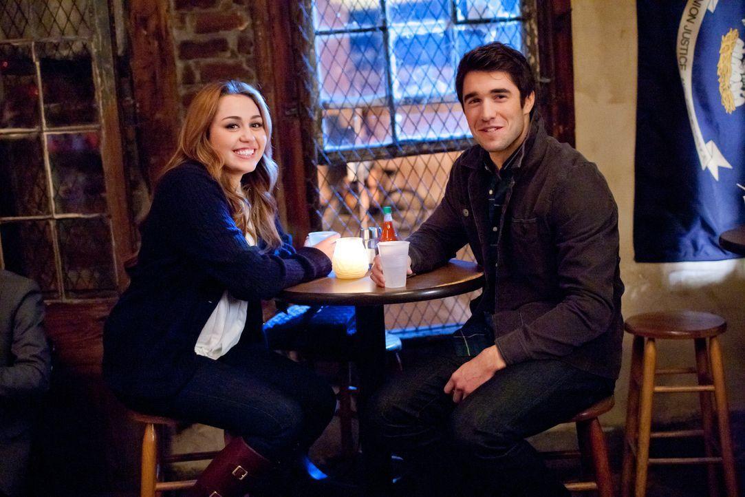 Kaum lernt Molly (Miley Cyrus, l.) den attraktiven Nicholas (Josh Bowman, r.) kennen, da verliebt sie sich auch schon in ihn. Da behauptet der FBI-A... - Bildquelle: Saeed Adyani Bluefin Productions LLC
