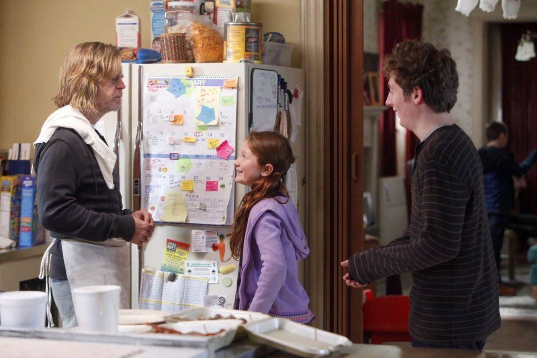 Lip (Jeremy Allen White, r.) und Debbie (Emma Kenney, M.) wissen nicht, was sie davon halten sollen, dass Frank (William H. Macy, l.) nüchtern sein... - Bildquelle: 2010 Warner Brothers