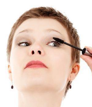 Beim Tuschen beim Wimpernansatz starten und in kleinen Zickzack-Bewegungen di...