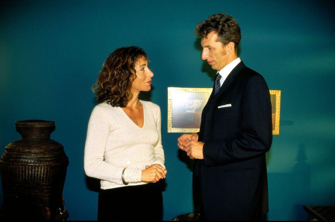 Inspektor Rolle (Rufus Beck, r.) fragt sich, ob Susanne Akajewa (Andrea Eckert, l.) etwas mit der Entführung ihrer Tochter zu tun hat ... - Bildquelle: Thomas Ernst Sat.1