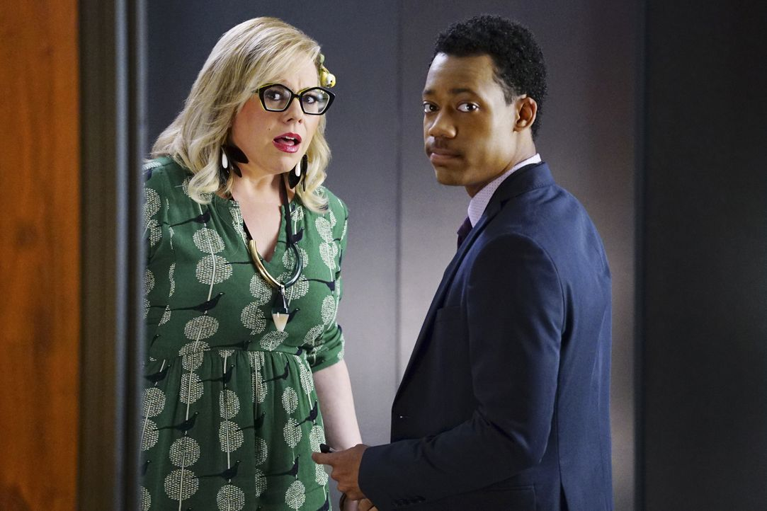 Versuchen, Informationen über die verschwundenen Personen zu finden: Garcia (Kirsten Vangsness, l.) und Russ (Tyler James Williams, r.) ... - Bildquelle: Sonja Flemming 2016 CBS Broadcasting, Inc. All Rights Reserved