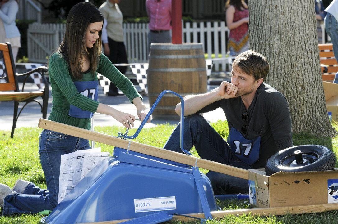 Sie sind zwar ein Team, aber zusammenarbeiten können Zoe (Rachel Bilson, l.) und Wade (Wilson Bethel, r.) anfangs nicht wirklich ... - Bildquelle: Warner Bros.